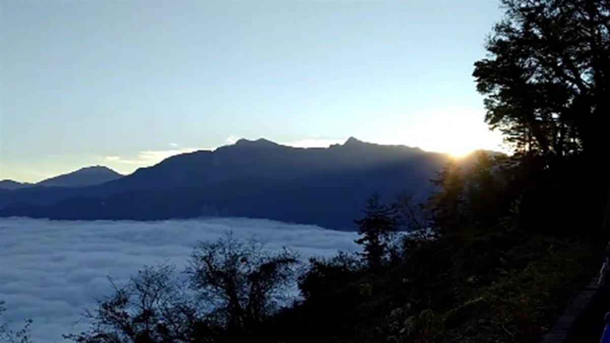 低溫中遊客湧入 迎接阿里山2021第一道曙光