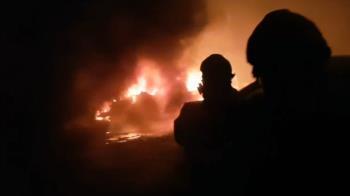 疑放煙火釀災!恆春汽車保養場大火 10多台轎車燒成廢鐵