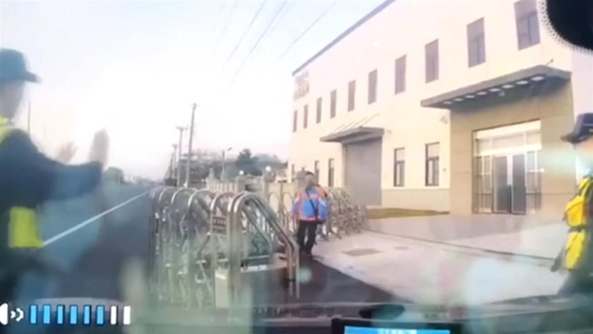 寒流+強風狂吹!雲林工廠大鐵捲門 遭拆毀飛馬路