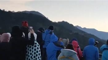 搶看新年曙光!人潮、車潮塞爆「武嶺停車場」