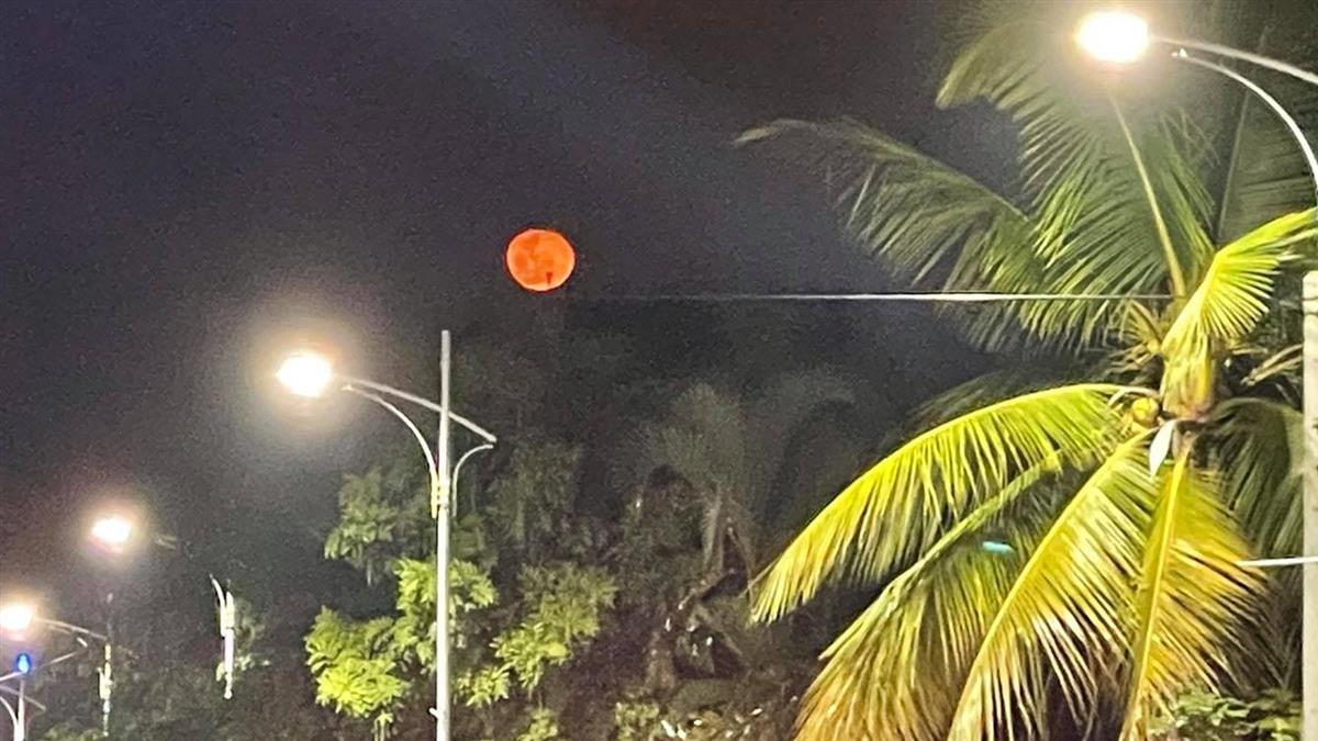 嘉義夜空驚見超大紅月 網看詭異血光驚呼「災難預兆」