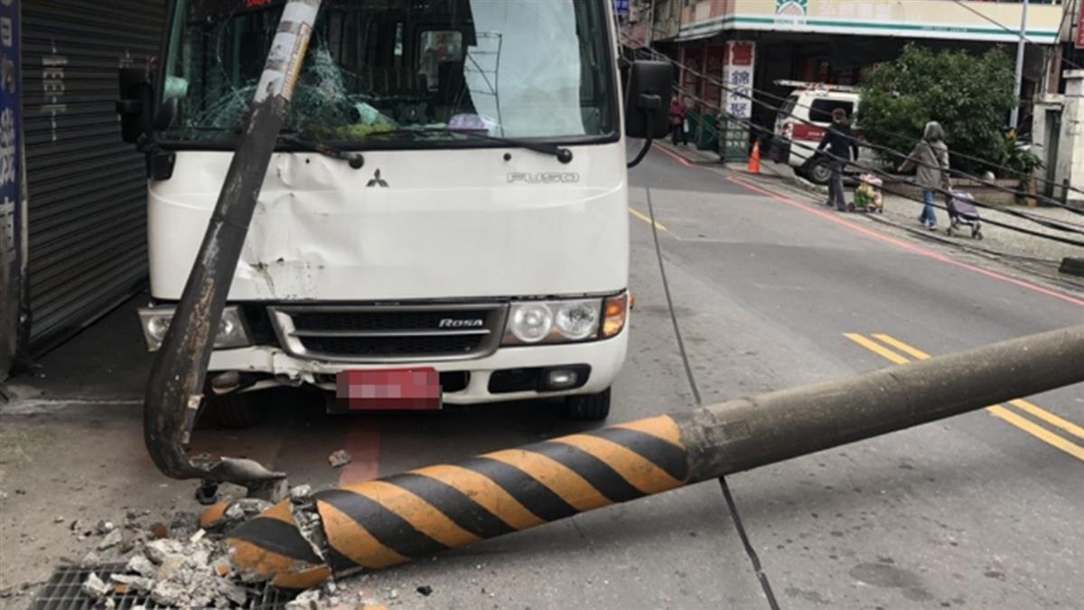 快訊/新北小巴載8乘客自撞 電線桿斷裂躺路中