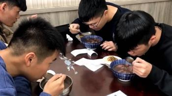 元旦假期台南現人潮 民眾排隊搶嗑牛肉湯
