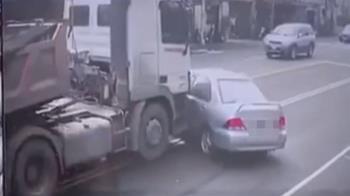硬要超車驚險砂!石車擦撞 轎車遭推行30米
