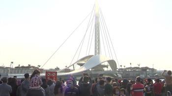 太陽露臉! 高雄駁二湧人潮 民眾搶看旋轉大港橋