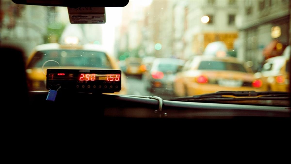 女司機深夜載客!中年男喝醉多付43萬 霸氣喊「都給你」