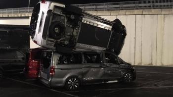 賓士離職男報復老闆!狂飆21公里衝車廠猛撞 50輛新車全毀了