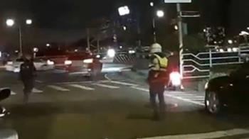 拒檢落跑!警對空鳴五槍示警 駕駛鑽車陣逃逸