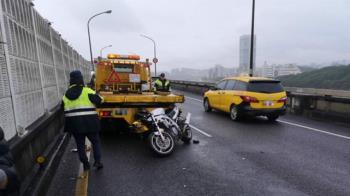 快訊/北市環東大道重機撞拖車 騎士「滑行數公尺」送醫搶救