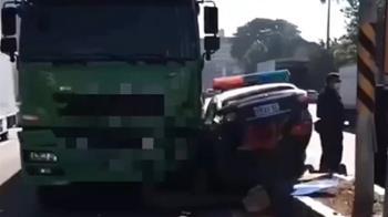 各打五十大板!警車一個迴轉 曳引車撞上 雙方都有錯
