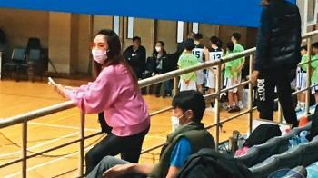 女兒打HBL被請下場!李李仁球場比中指相護 事後急道歉
