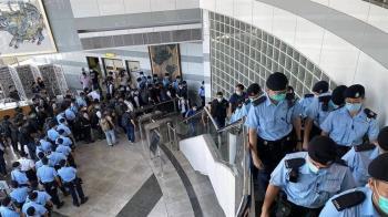 香港53人參加公投遭逮 警狂「關心」新聞媒體