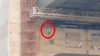 工人墜橋緊抓鋼筋求生 旁人冷眼看他落地慘死