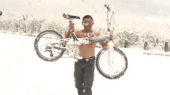 太平山-2度!赤膊伯雪地打滾舉單車 冷到講話都在抖