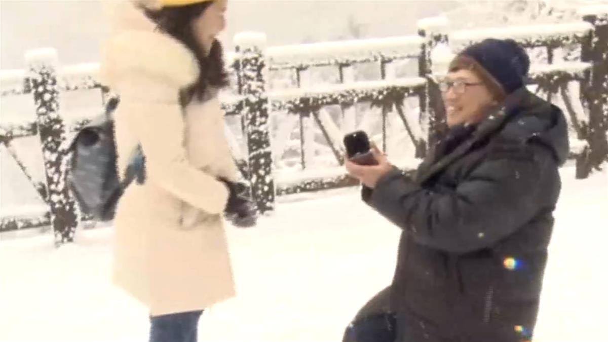 獨/最冷求婚!白雪中下跪許終身 情侶甜蜜熱吻閃瞎人