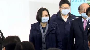 獨/冷天防寒!總統穿新海軍外套 江啟臣戴圍巾衝公投