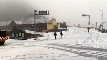 國內體驗滑雪樂 遊客全副武裝太平山上滑雪