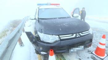 警車清晨巡視路面!突遇降雨結冰 煞不及撞山壁