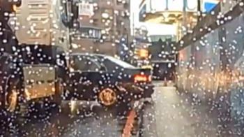 砂石車追撞自小客車 後方汽車民眾驚聲叫