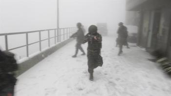 海軍雷達站下雪了!官兵雪地持槍操演 畫面震撼網友