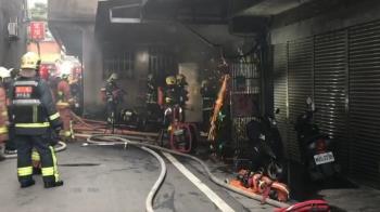 快訊/三芝家庭代工廠竄火3住戶受困 消防鋸門衝火場救援