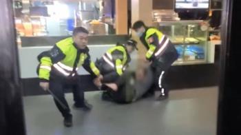 衝麥當勞叫小黃!汐止男咆嘯大鬧 遭警壓制喊:是假的