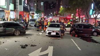 蘆洲男突癲癇發作!失控衝撞11輛汽機車 5人緊急送醫
