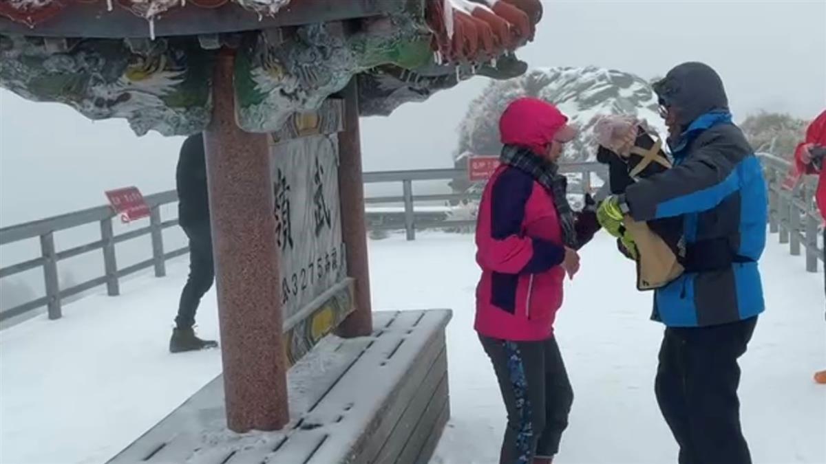 合歡山又下雪!武嶺亭成銀白世界 樓梯不見了