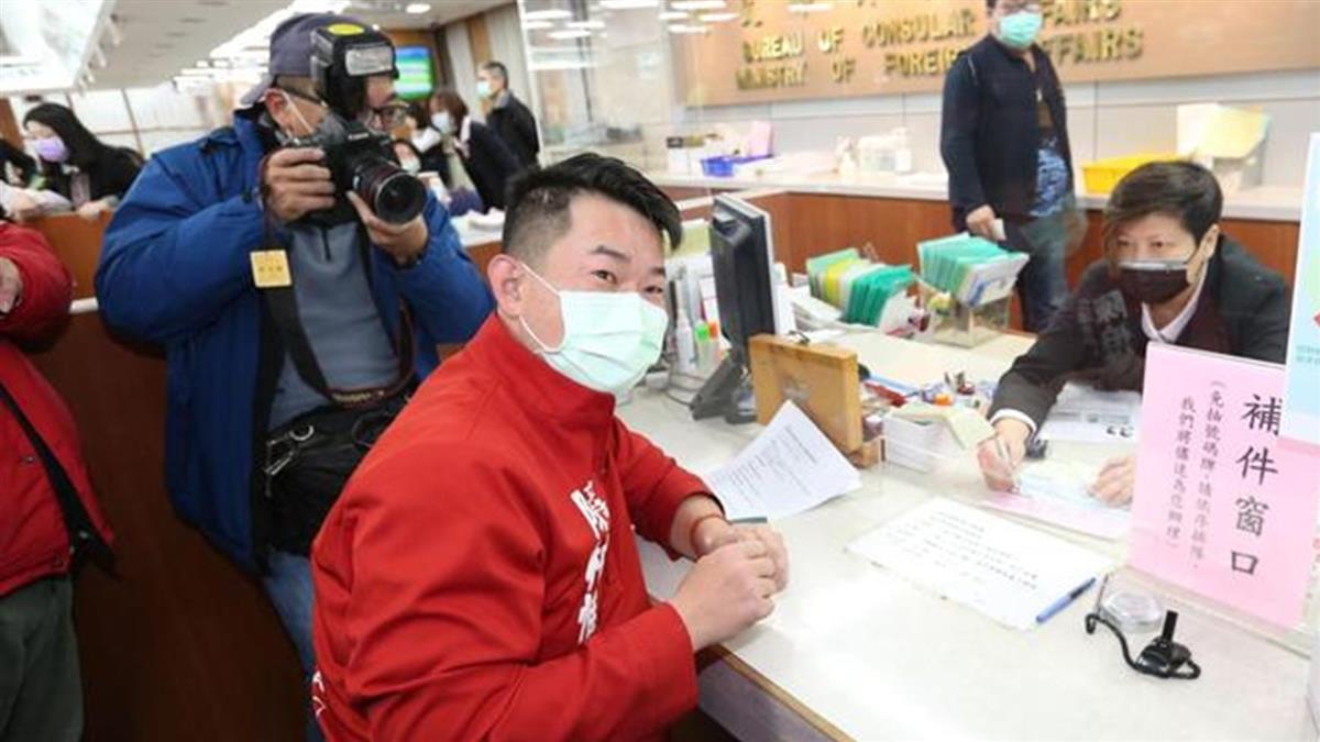 陳柏惟搶頭香辦新版護照 盼未來名正言順講「台灣國」