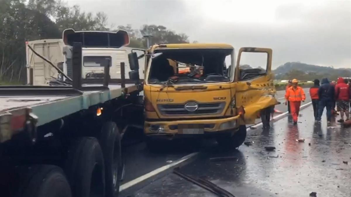 碰!國3新竹段3大車追撞 工程車遭撞翻橫躺2人傷