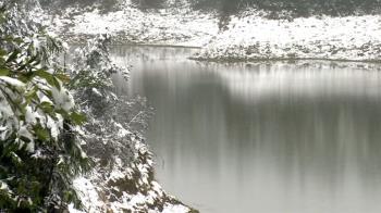 太平山又降雪!翠峰湖成銀白世界 遊客打赤膊踏雪