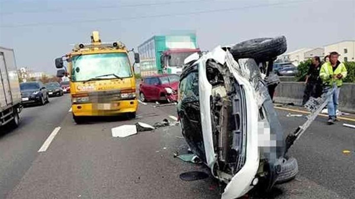 快訊/小客車國1遭撞翻覆「車頭全毀」 2人受傷送醫