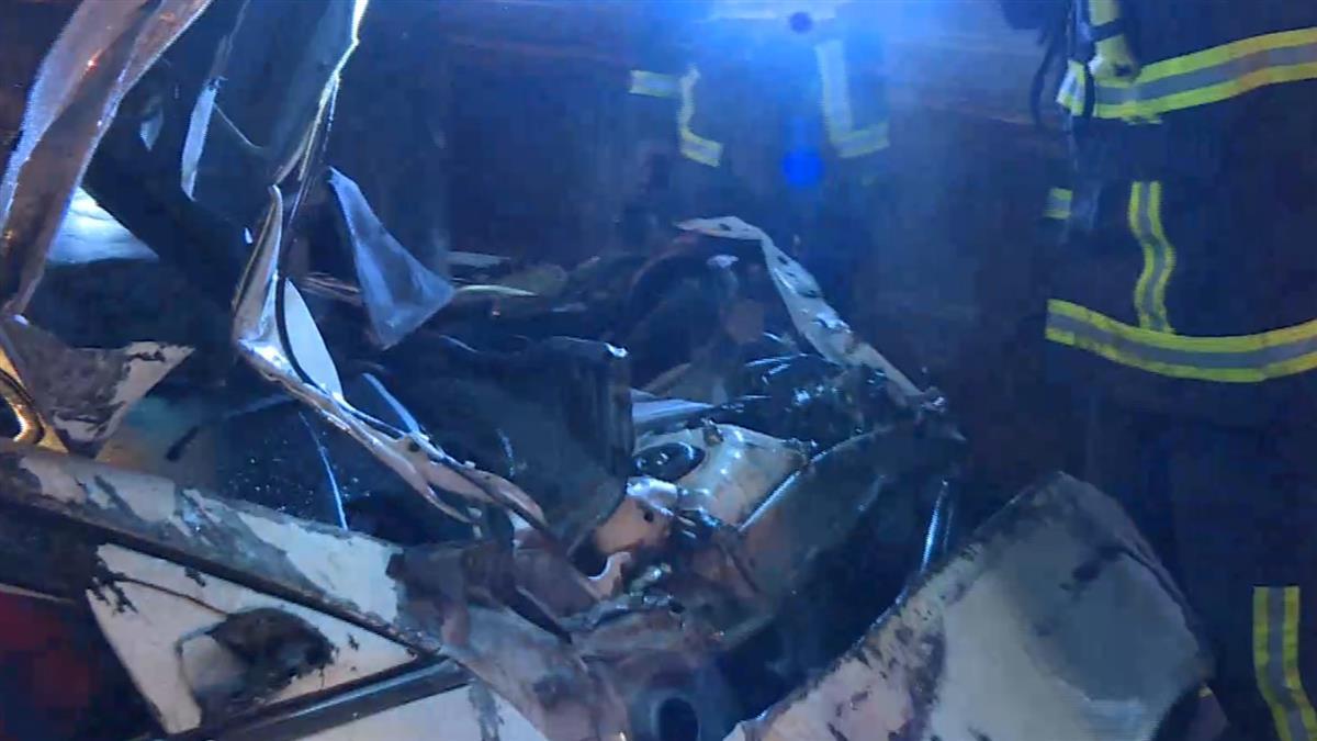 車頭全撞爛!出遊返家遇死劫 後座乘客遭甩出車外重摔