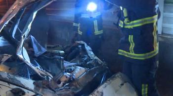 轎車國道自撞翻滾9圈 後座乘客飛出車外1死3傷