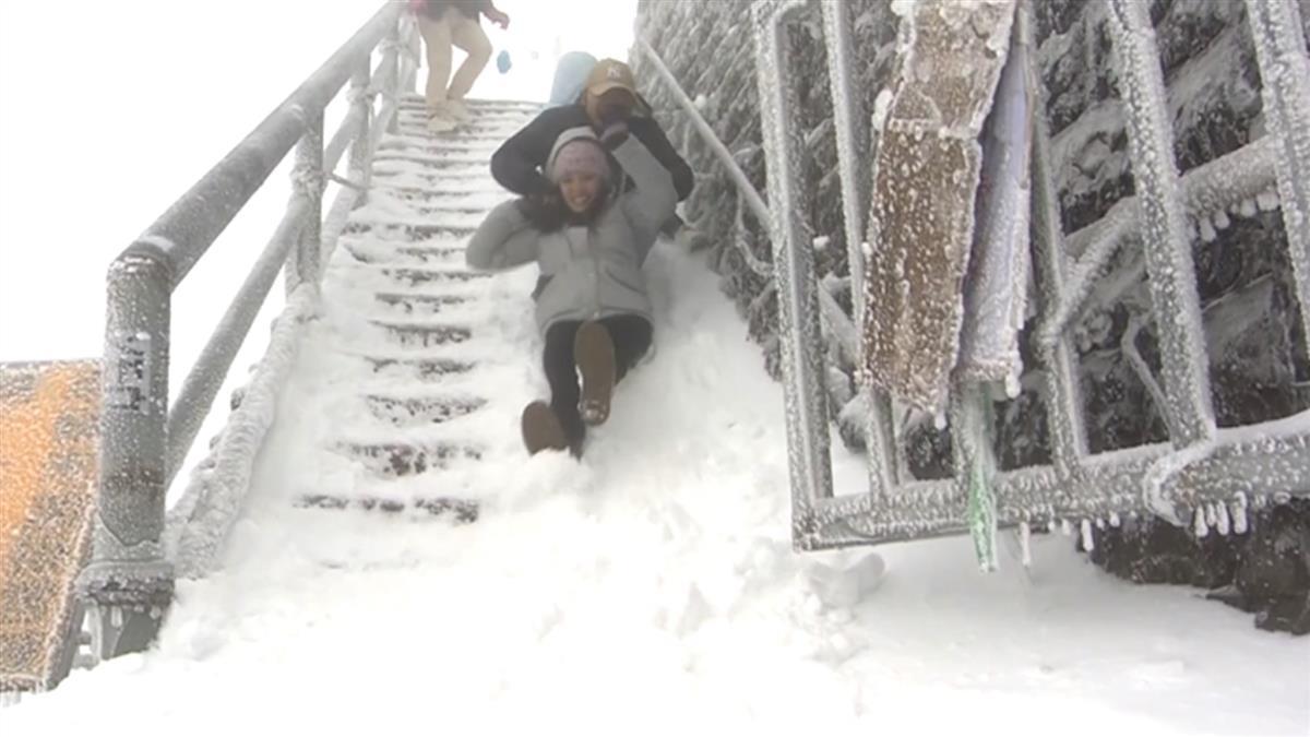 冰封合歡山 樓梯鋪白雪變雪地溜滑梯