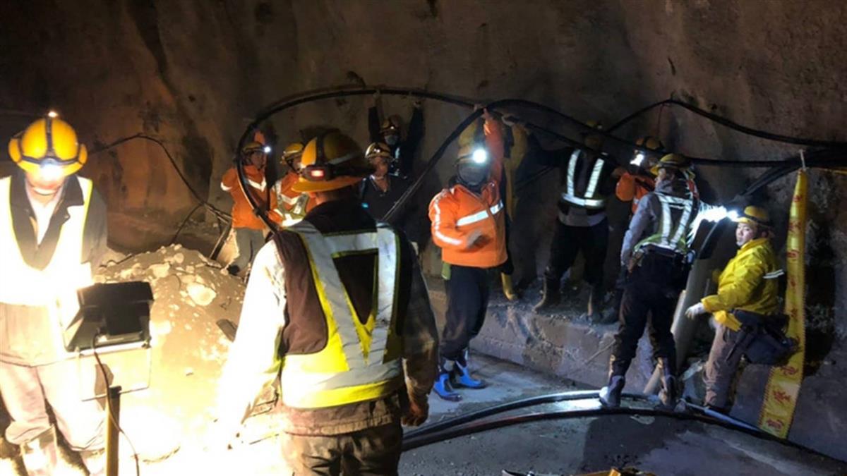 中橫落石造成斷電 台電人員頂低溫徹夜搶修