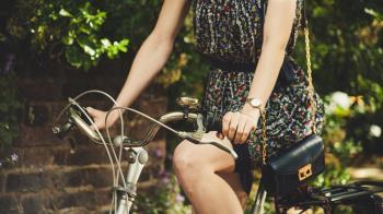 妙齡女騎單車下面冒紅斑流膿 狂摩擦坐墊「又黑又皺」像海溝