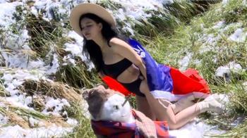 雪景中一抹嬌點 正妹穿國旗捕捉太平山雪景