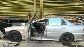 快訊/新竹轎車撞進大貨車底 駕駛遭竹子穿頭慘死