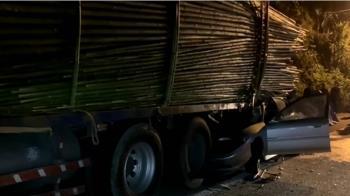 宛如驚悚電影!轎車撞滿載竹貨車 駕駛頭部重創亡