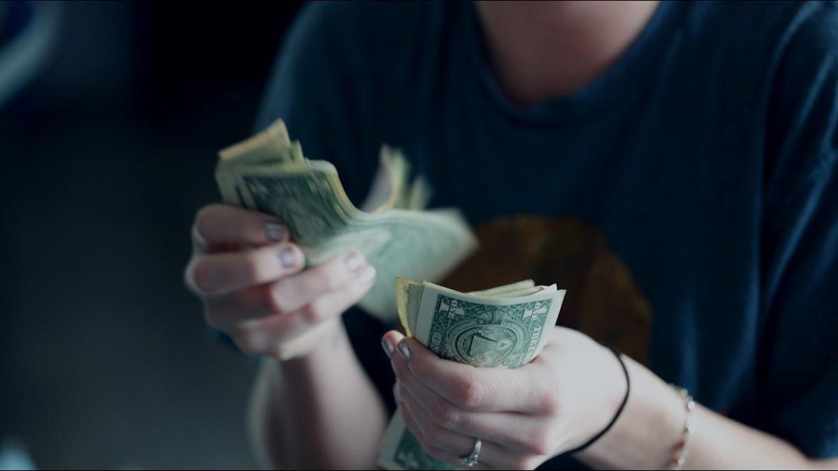月薪33K沒存款 「花10萬做臉」超後悔 網一面倒:愛自己很合理