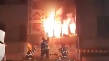 消防員目睹尖叫!勇母肉身護嬰踩空 烈焰中墜地仍不放手