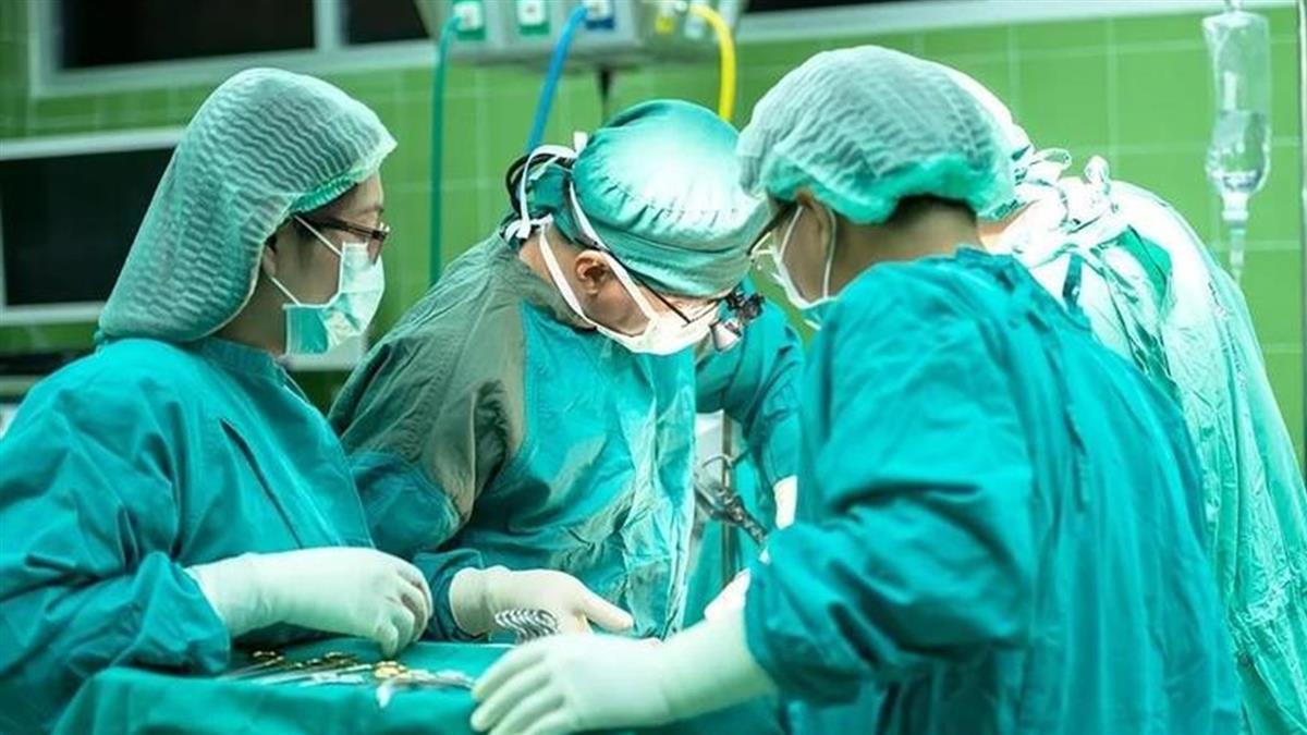 紐約醫全程閉氣幫染疫者插管 一旁護理師呼吸秒確診