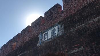 誤會大了!古城被刷白民眾氣投訴 證實是古法施工