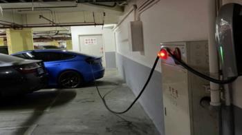 獨/傻眼!充電車格遭占用 車主拉線到一般車位充電