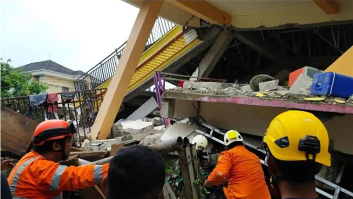 印尼6.2強震增至67死 民眾受困瓦礫堆急等救援