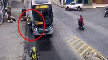 騎士蛇行鑽縫耍帥 女伴慘摔捲公車輪下爆頭身亡