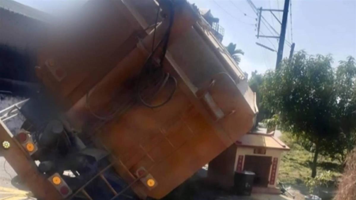 神明保佑?30噸重飼料車側翻 小廟屋頂「撐車體」救孕婦