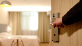 嫩妹住飯店闖紅燈 業者開門見床單全染紅崩潰
