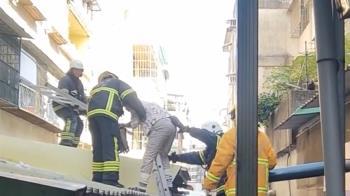 公寓大樓竄濃煙!女屋主困遮雨棚 警消架梯救
